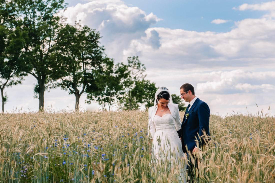 Brautpaar im Feld